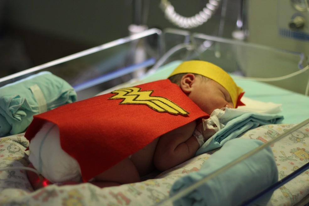 Equipe médica organizou a ação, para transformar os pequenos pacientes da UTI neonatal em super-heróis — Foto: Divulgação/Divina Providência