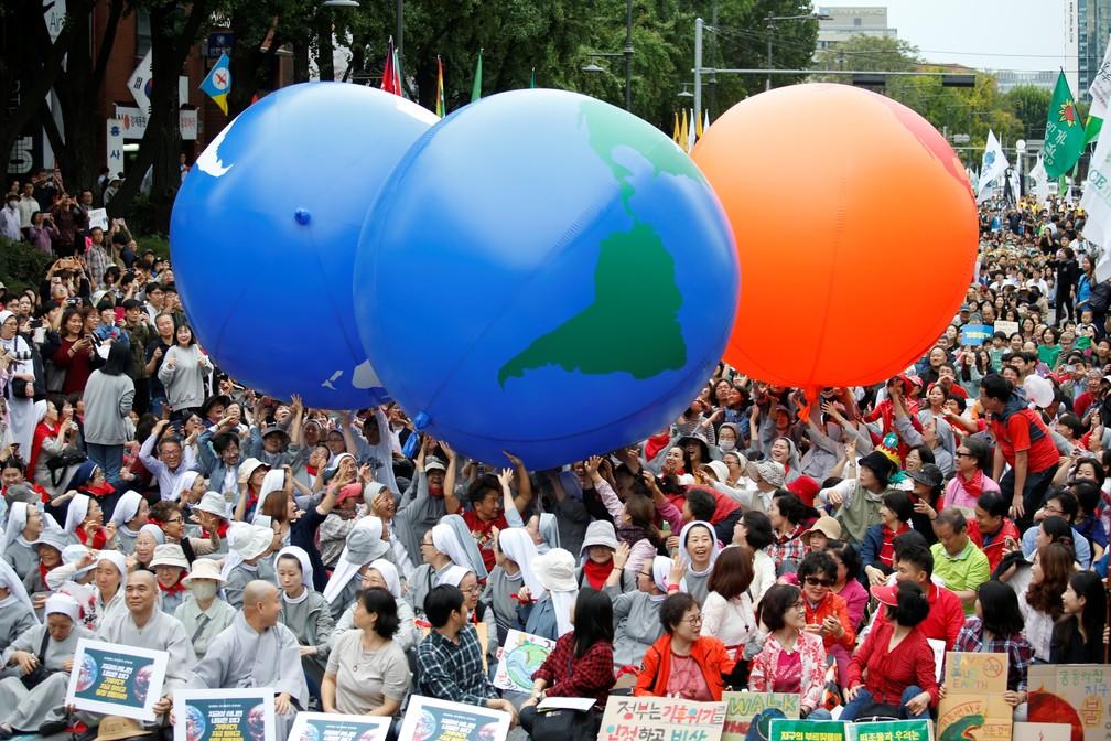 Sul-coreanos protestam contra mudanças climáticas no planeta — Foto: Heo Ran/Reuters
