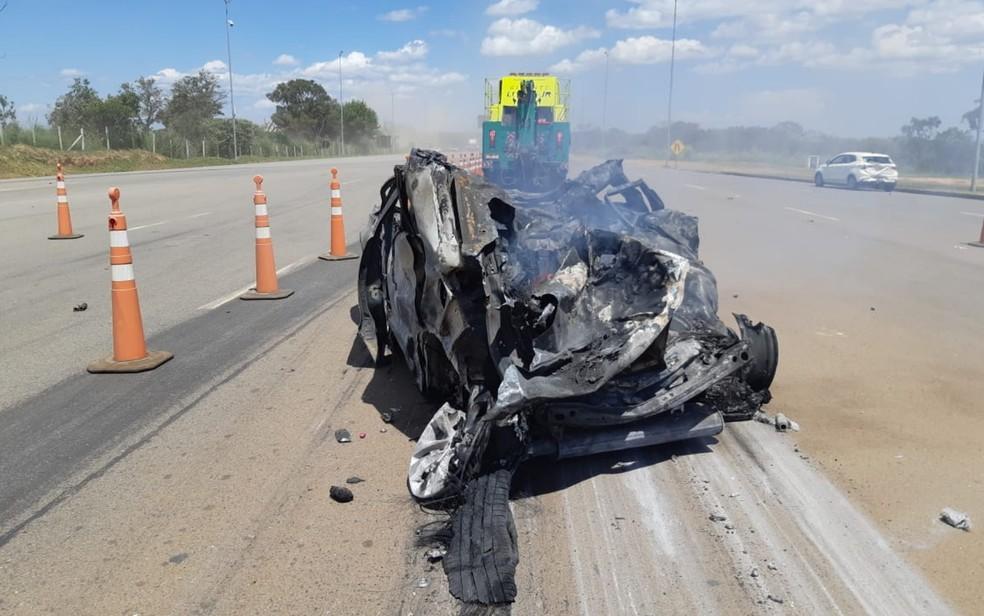 Carro em que família de Minas Gerais viajava fica destruído — Foto: Divulgação/PRF