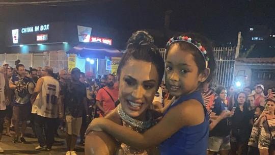 Gracyanne Barbosa se divide entre samba no pé e assédio dos fãs em ensaio da União da Ilha