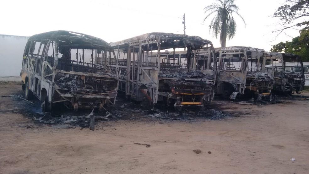 Veículos escolares ficaram destruídos no incêndio.  (Foto: Prefeitura de Icó/Divulgação)