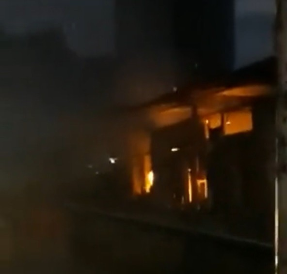 Incêndio destrói quatro boxes do Largo da Palmeira, em Belém; veja vídeo