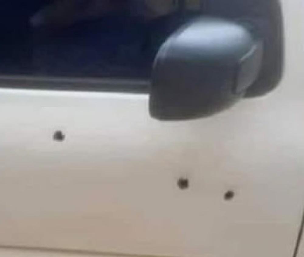 Táxi que vereador iria entrar ficou com marcas dos tiros. — Foto: Reprodução / TV Liberal