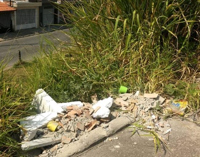 Homem é autuado em R$ 4,3 mil por descarte irregular de resíduos em Ferraz de Vasconcelos