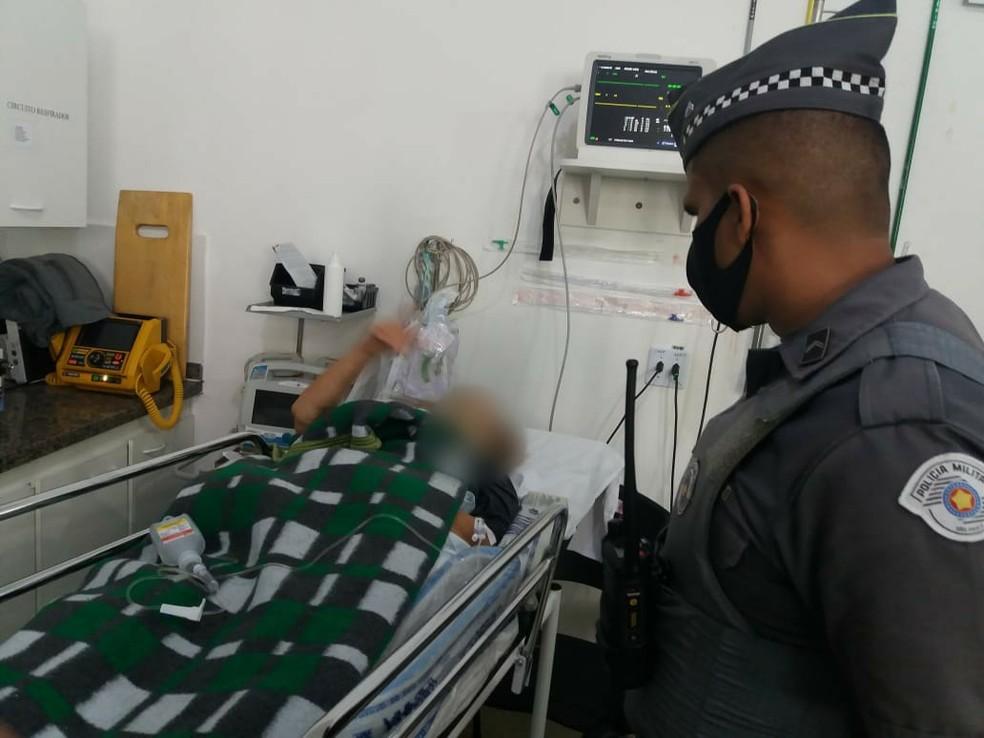 Idosa de 78 anos passará por cirurgia após ter sido salva por seus cachorros  — Foto: Divulgação/Polícia Militar