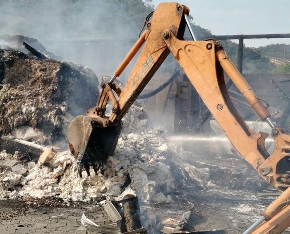 Fogo atingiu galpão de fábrica de algodão (Foto: Corpo de Bombeiros/Divulgação)