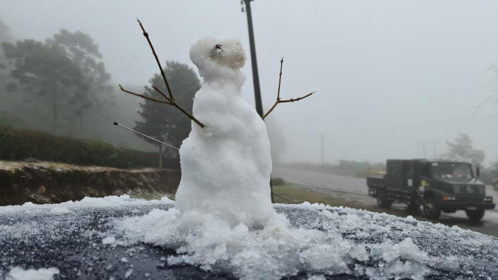 Localidade Cruzeiro, em São Joaquim (SC), na Serra, registrou neve nesta segunda-feira (18) — Foto: Mycchel Legnahi/São Joaquim Online
