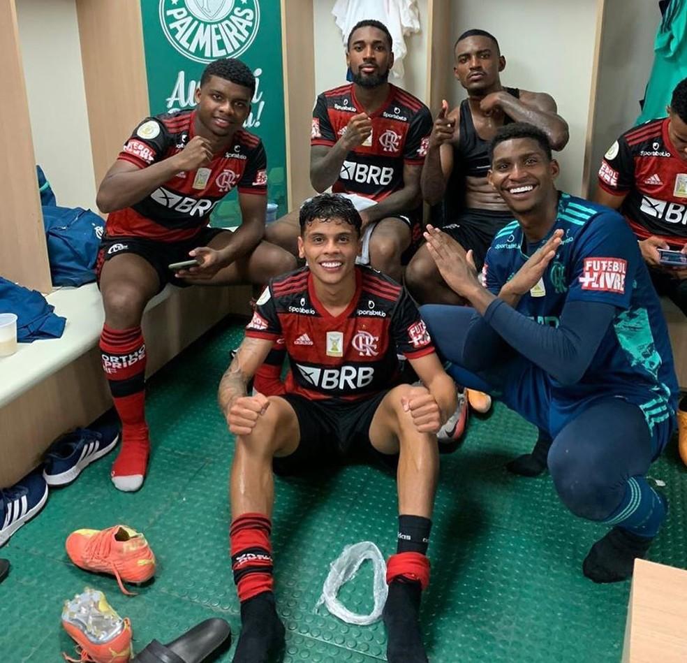 Hugo comemora com jovens o empate do Flamengo em São Paulo (Foto: Reprodução)