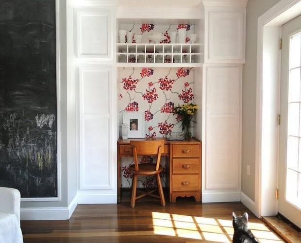 Papel de parede florido e mesa de madeira (Foto: Reprodução/Pinterest)