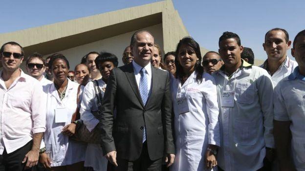 Governo Michel Temer, apesar de fazer oposição ao PT, manteve o Mais Médicos; nesta imagem de 2016, o então ministro da Saúde Ricardo Barros recebe médicos do Mais Médicos, incluindo profissionais cubanos (Foto: Agência Brasil)