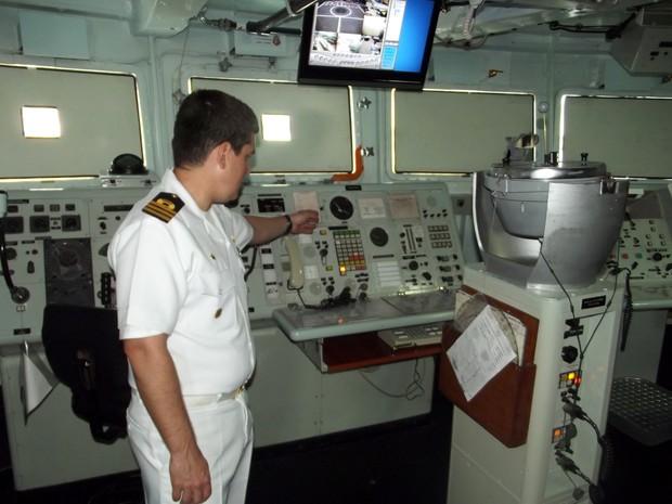 Comandante Canela mostra a cabine de manobra da Fragata Liberal (Foto: Jocaff Souza/G1)