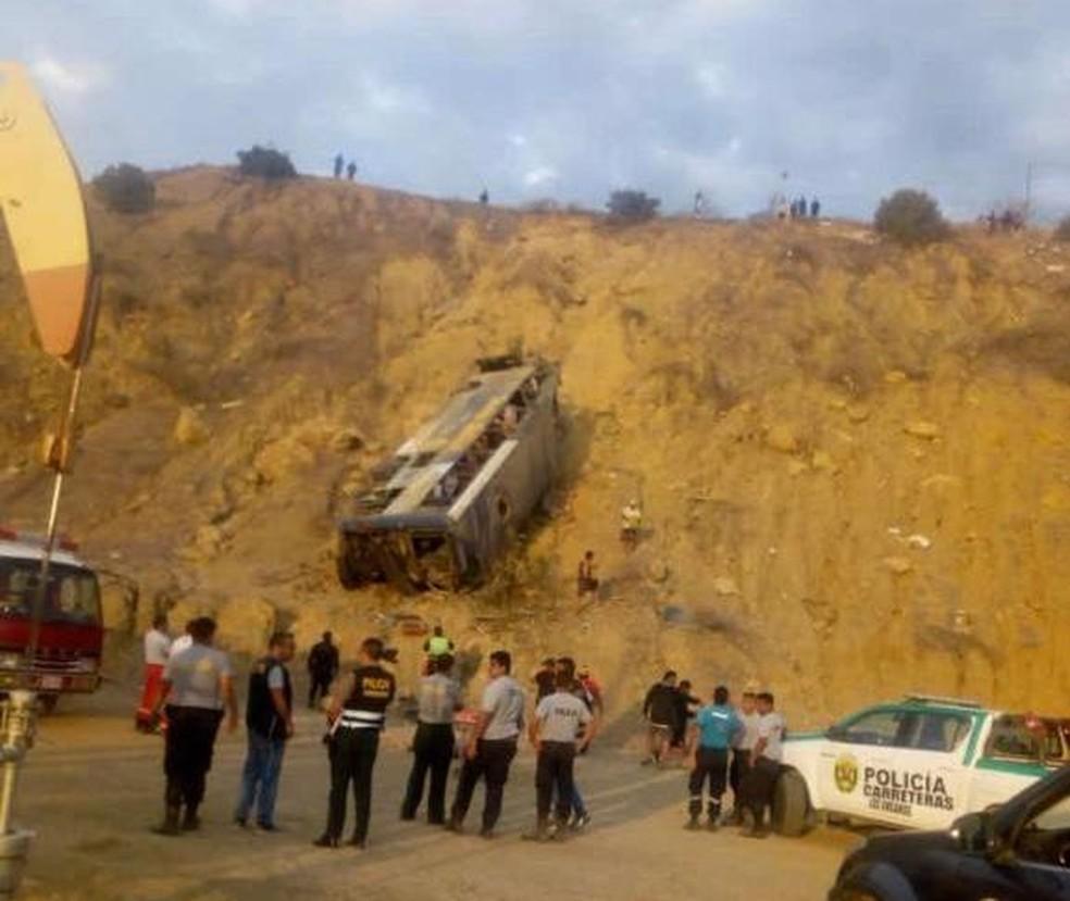 Ônibus despencou de precipício — Foto: Divulgação/Polícia Nacional do Peru