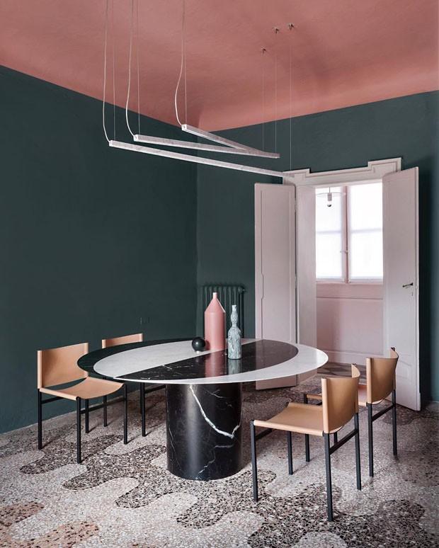 Décor do dia: sala de jantar com teto colorido (Foto: GIORGIO POSSENTI/DIVULGAÇÃO)