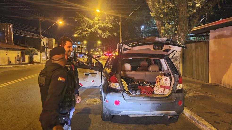 Barras de chocolate furtadas foram encontradas dentro do carro onde estavam os três suspeitos  — Foto: Reprodução/TV Gazeta