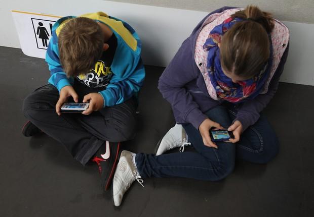crianças usando smartphone, celular, tecnologia (Foto: Sean Gallup/Getty Images)
