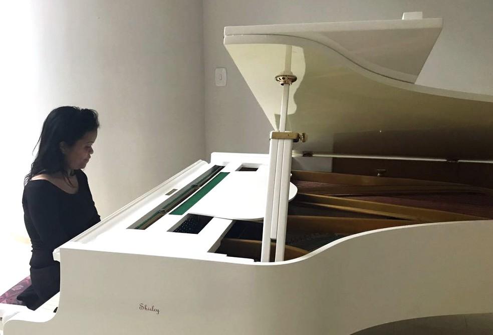 Shirley Nunes ganhou nesta quinta-feira (28) um piano feito sob medida (Foto: Letícia Carvalho/G1)