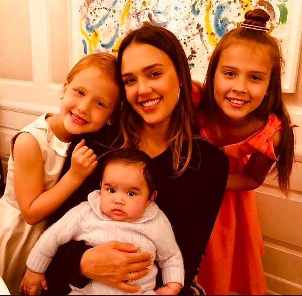 A atriz Jessica Alba com os filhos (Foto: Instagram)