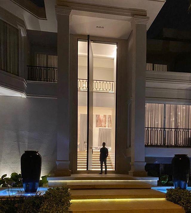 Rodrigo Faro impressiona com porta de casa (Foto: Reprodução/Instagram)