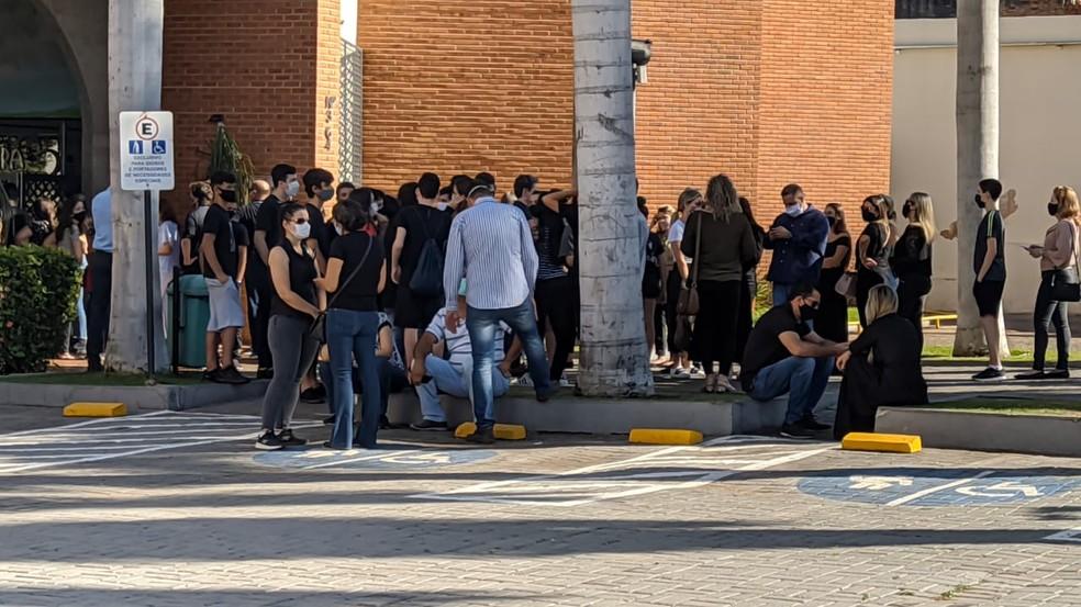 Amigos e familiares em velório de adolescente morta por tiro acidental em Cuiabá — Foto: Carlos Renato/TV Centro América