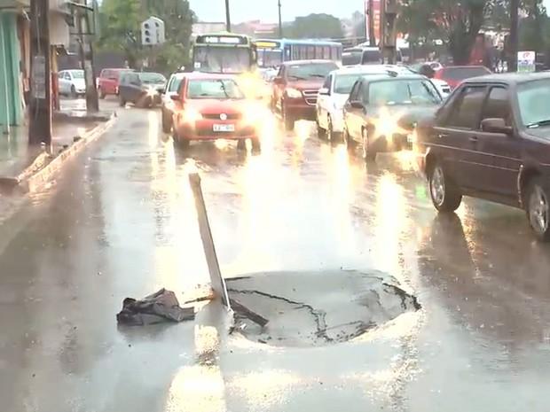 Asfalto se abriu bem no meio da rodovia MA-201 após chuva (Foto: Reprodução/TV Mirante)
