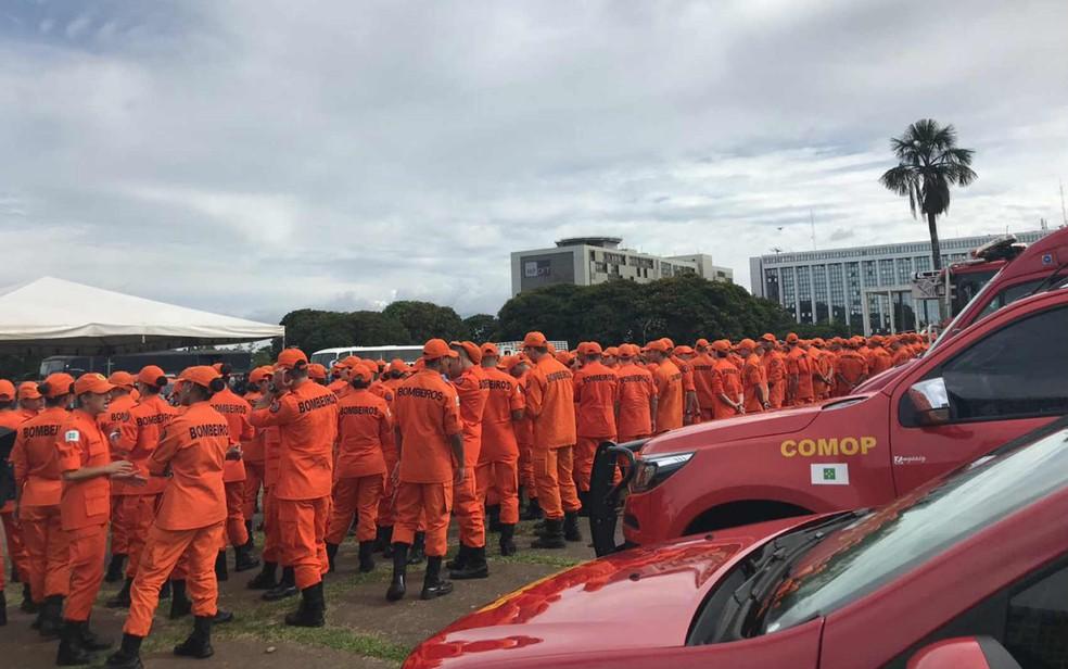 Militares do Corpo de Bombeiros do DF em cerimônia do SOS Segurança — Foto: Letícia Carvalho/G1