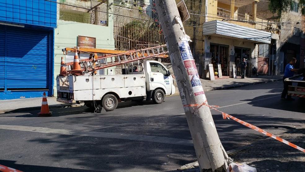 Equipe da Cemig  foi chamada para fazer a contenção do poste — Foto: Raquel Freitas/G1