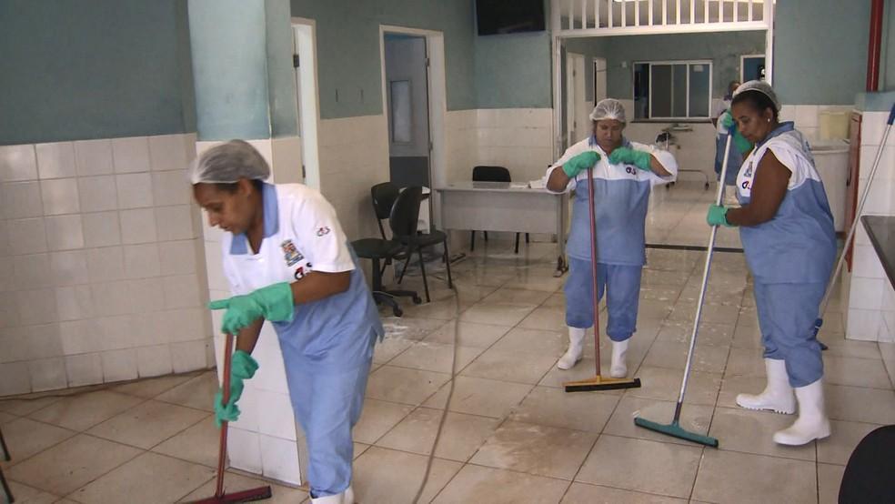 Funcionários da prefeitura fazem a limpeza do local, no ES — Foto: Ronaldo Rodrigues/ TV Gazeta