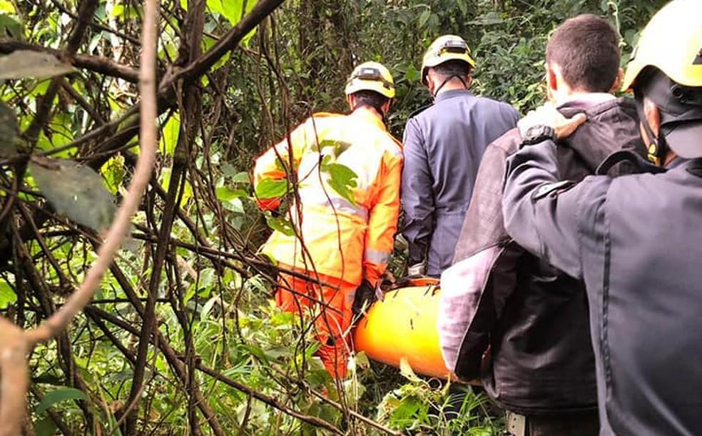 Mulher morre após cair de pico de cerca de 50 metros em Itajubá — Foto: Corpo de Bombeiros