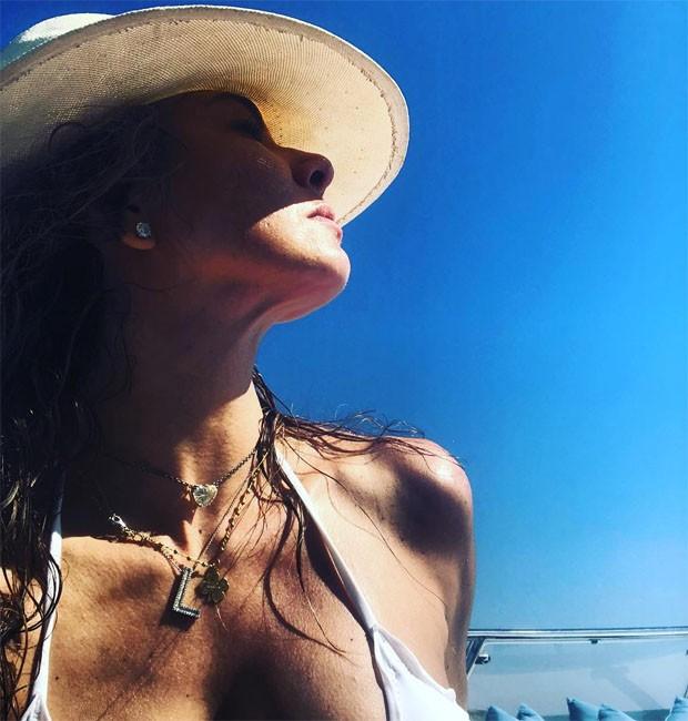 Luciana Giemenz curte sol (Foto: Reprodução/Instagram)