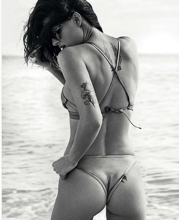 Isabeli Fontana deixa estrias à mostra em ensaio fotográfico (Foto: Reprodução/Instagram)