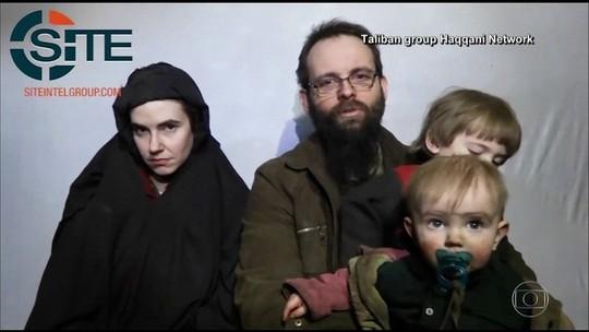 Família mantida refém por talibãs por cinco anos volta pra casa