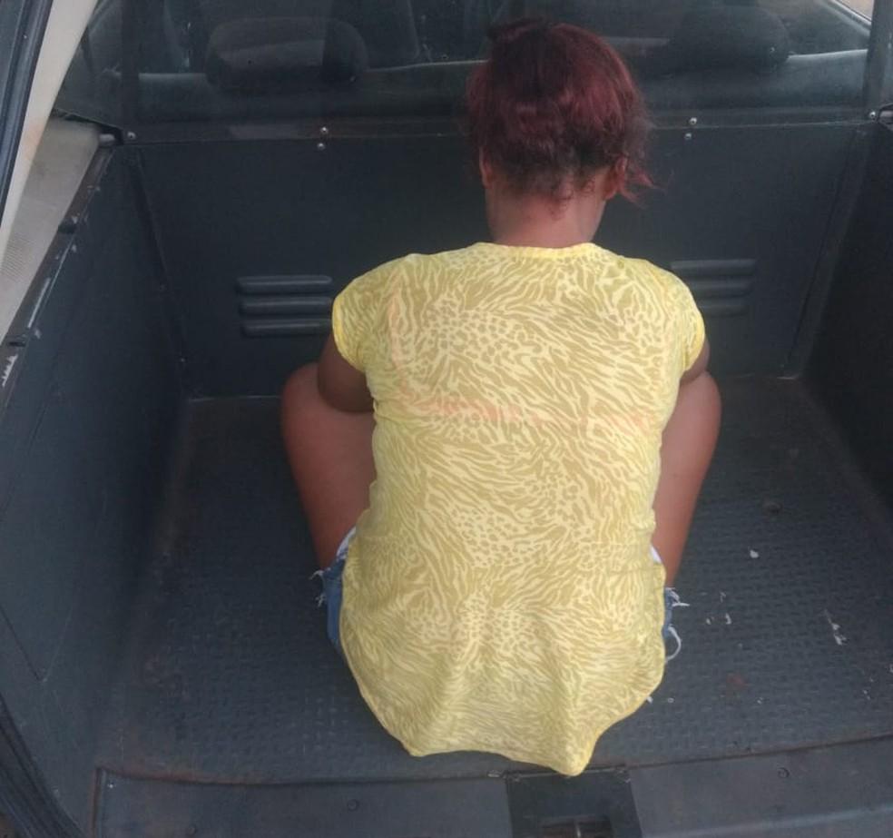 Mulher foi presa suspeita de roubar o idoso (Foto: Birigui Notícias)