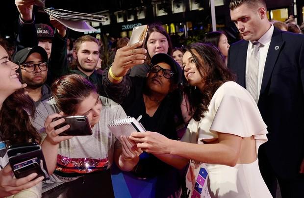 Michelle Rodriguez e fãs (Foto: Getty Images)