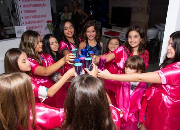 De azul, Clara Galinari entre amigas em festa de aniversário (Foto: Divulgação)