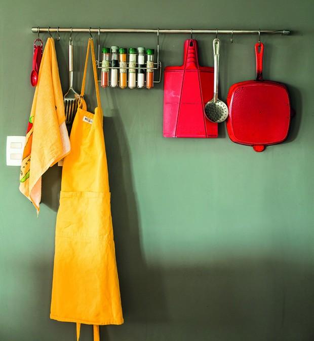 Uma sugestão é usar uma barra de ferro para pendurar aventais, panos de prato, luvas e acessórios, o que ocupa pouquíssimo espaço (Foto: Edu Castelo / Editora Globo)
