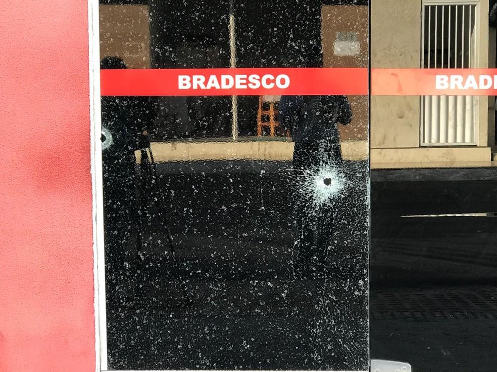 Portas da agência ficaram marcadas pelos disparos, em Monte Alegre, RN (Foto: Kleber Teixeira/Inter TV Cabugi)