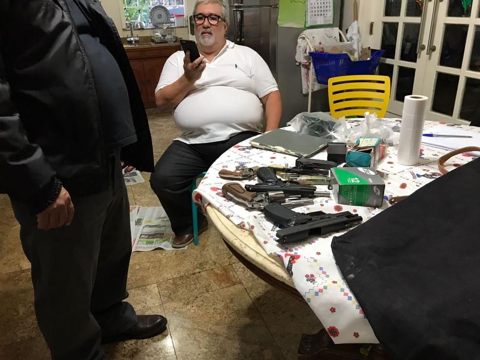 Armas apreendidas na casa de Ricardo Falcão (Foto: Reprodução)