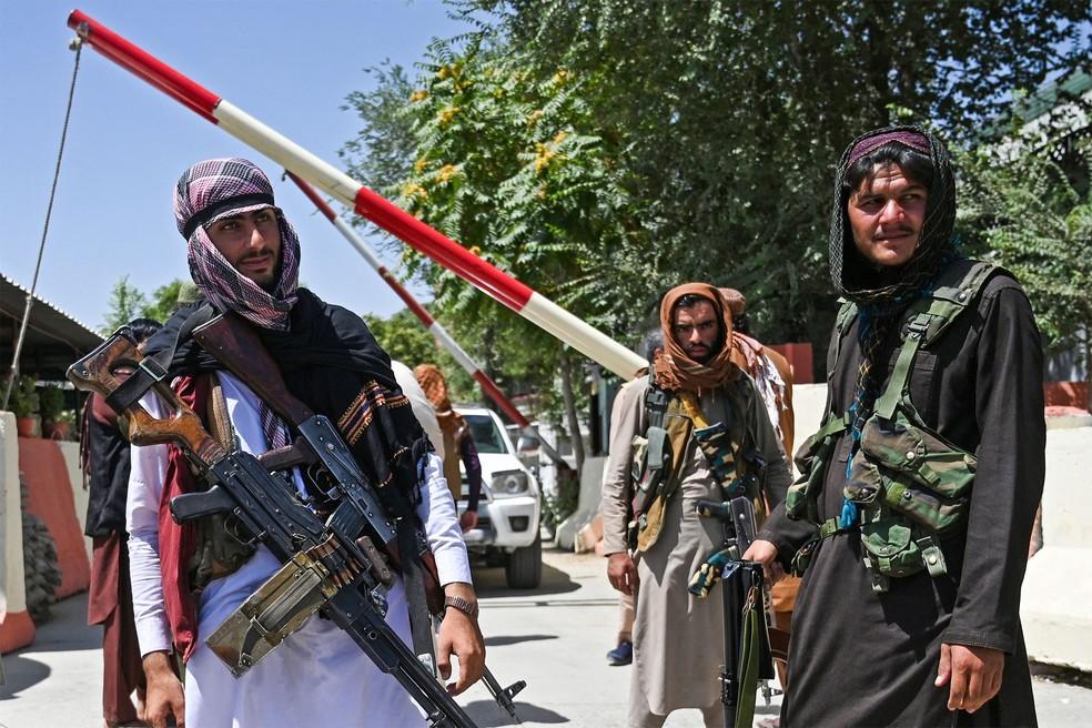 Combatentes do Talibã fazem guarda em uma via perto da Praça Zanbaq, em Cabul, nesta segunda (16) — Foto: Wakil Kohsar/AFP
