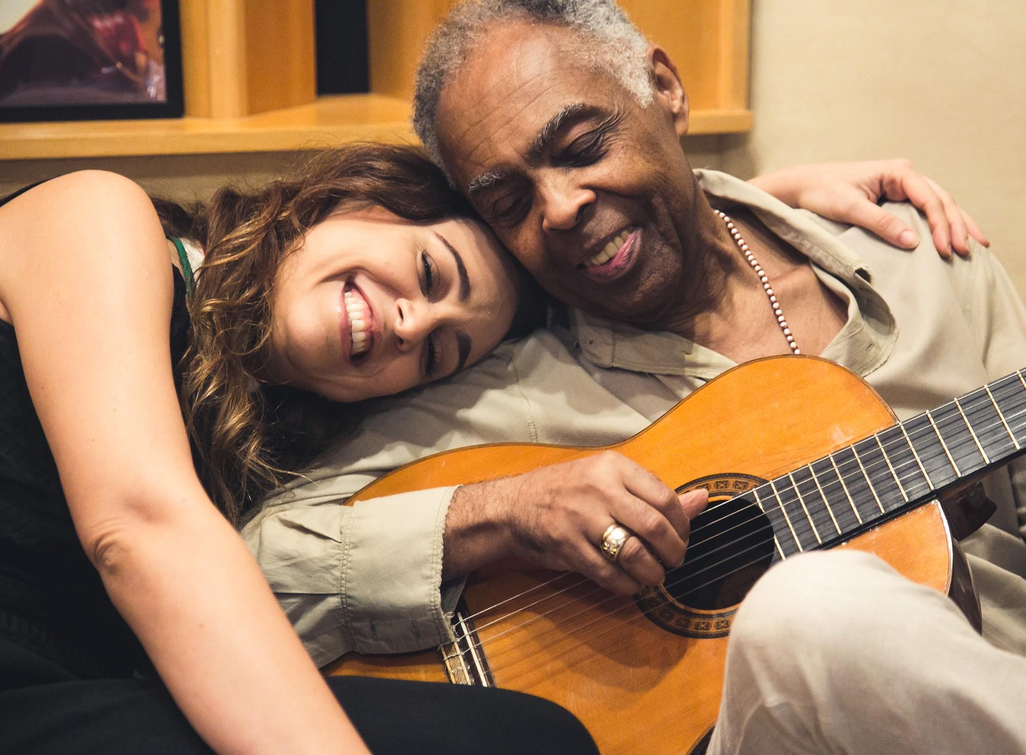 Roberta Sá balança entre sambas e xotes ao gravitar em torno de cancioneiro inédito de Gilberto Gil
