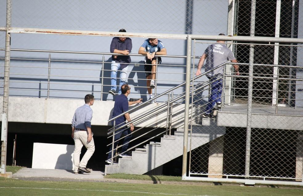 Kannemann assiste ao treino do Grêmio no CT Luiz Carvalho — Foto: Lucas Bubols/GloboEsporte.com