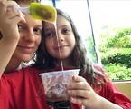 Maria Eduarda de Carvalho e a filha, Luiza, aprenderam a fazer slime | Arquivo pessoal
