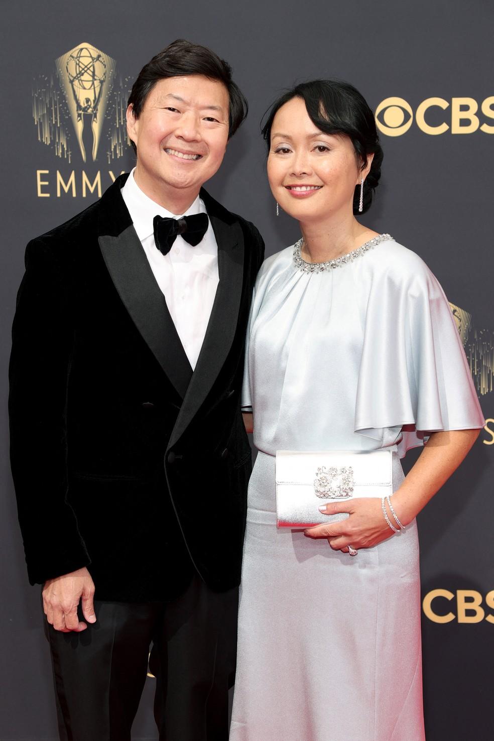 Ken e Tran Jeong chegam ao Emmy 2021 — Foto: Rich Fury/Getty Images North America/Getty Images via AFP