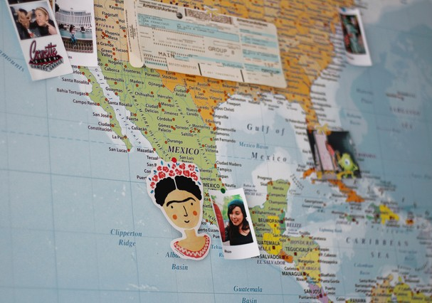 Na parede, o mapa também servo como apoio para lembretes e lembranças (Foto: Divulgação)