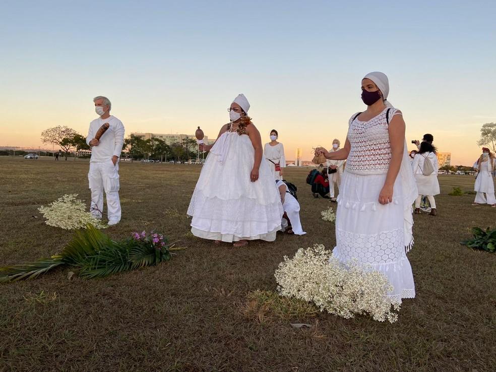 Vestidos de branco, artistas do DF prestaram homenagem aos mortos pela pandemia do novo coronavírus — Foto: Larissa Passos/ G1