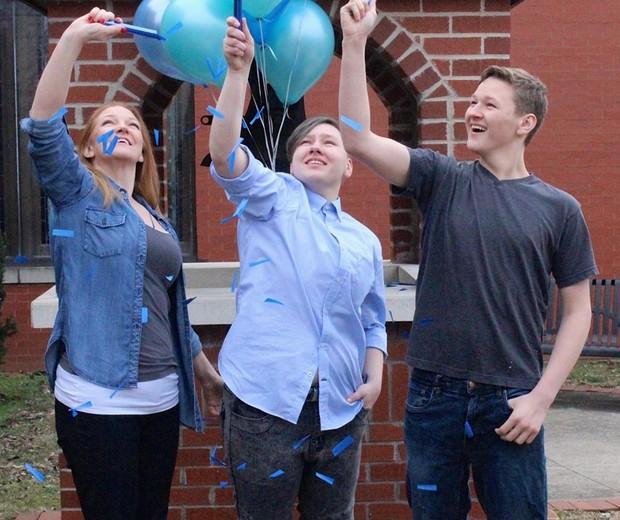 Confetes azuis foram usados para anunciar o novo gênero de Adrian, 20 (Foto: Reprodução Facebook)