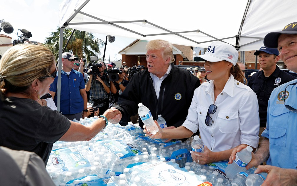 O presidente dos EUA, Donald Trump, e a primeira-dama, Melania, distribuem água a pessoas afetadas pelo furacão Michael em um centro em Lynn Haven, na Flórida, na segunda-feira (15) — Foto: Reuters/Kevin Lamarque