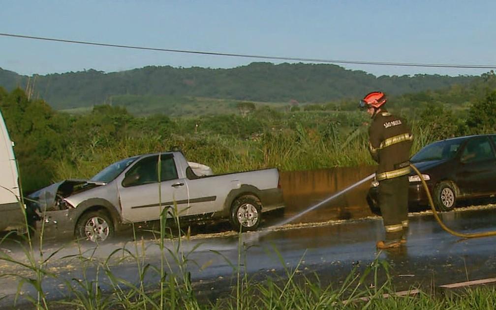 Bombeiros lavaram o bagaço de laranja da Rodovia Abrão Assed em Serra Azul, SP — Foto: Ronaldo Gomes/EPTV