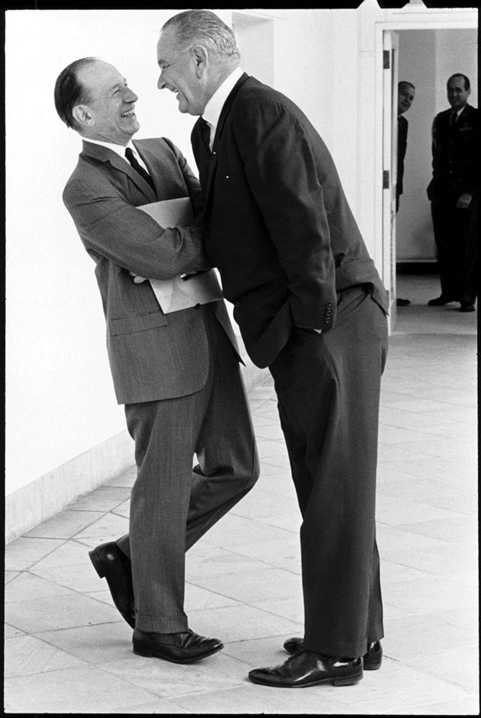 Lyndon Johnson era famoso por sua postura dominante. — Foto: Yoichi Okamoto/Casa Branca/via BBC