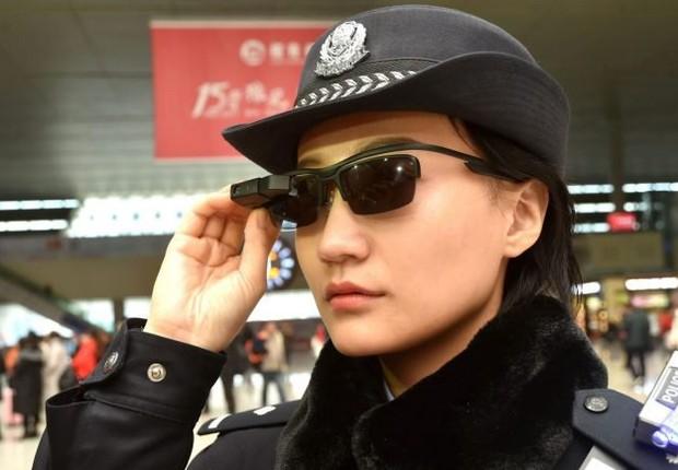 Os óculos de sol são conectados a uma base de dados que identifica suspeitos  (Foto: Getty Images )