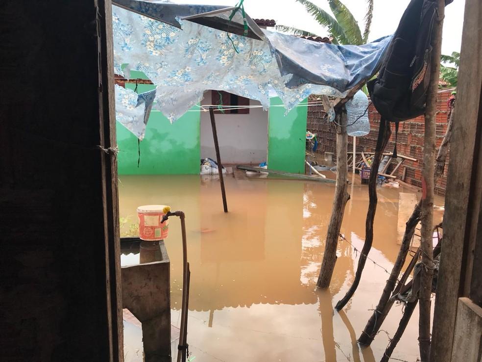 Moradores foram afetados pelos estragos causados pelas chuvas em Touros (Foto: Michelle Rincon/Inter TV Cabugi)